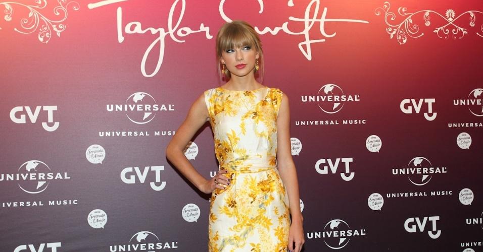 Taylor Swift posou para fotos após coletiva de imprensa realizada em um hotel na zona sul do Rio (13/9/12)