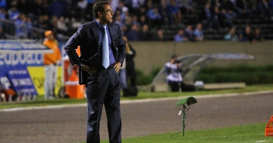 Vanderlei Luxemburgo, técnico do Grêmio, observa a partida de sua equipe contra o Náutico