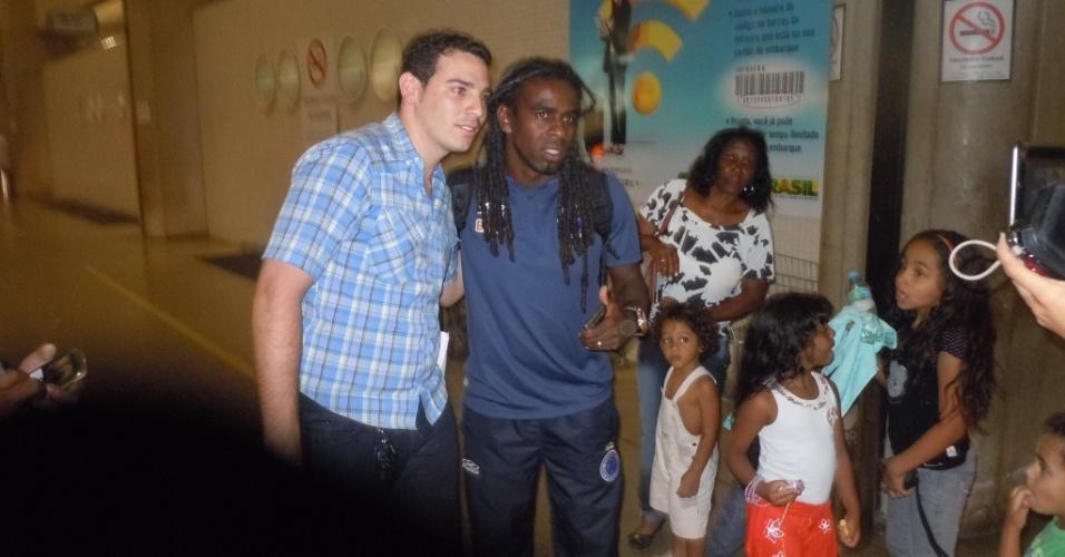 Volante Tinga posa para fotos com torcedores que estavam no Aeroporto de Confins (13/9/2012)