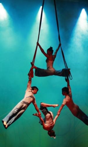 14.set.2012 - Artistas de companhia chinesa se apresentam em Bogotá, na Colômbia, nesta sexta-feira