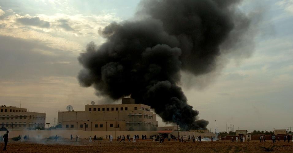 14.set.2012 - Embaixada dos EUA no Sudão é incendiada em protesto contra um filme de produção norte-americana que ridiculariza o profeta Maomé