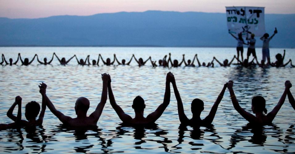 14.set.2012 - Grupo de israelenses fazem protesto nesta sexta-feira (14), no Mar Morto, contra a deterioração do local. A ação faz parte de um projeto do fotógrafo Spencer Tunick