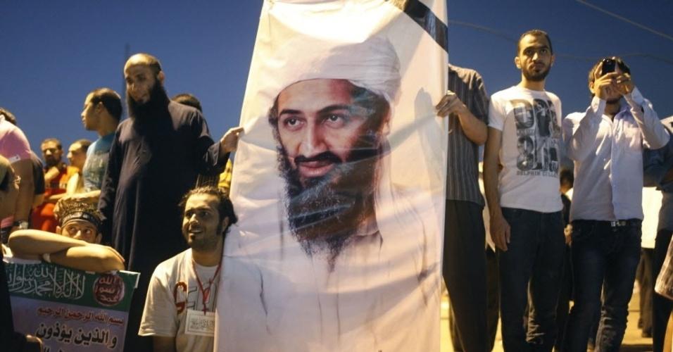 14.set.2012 - Manifestantes exibem cartaz com imagem de Osama Bin Laden, durante protesto nas ruas do Cairo, nesta sexta-feira,  contra um vídeo divulgado na internet considerado anti-islâmico. A produção gerou protestos em vários países muçulmanos