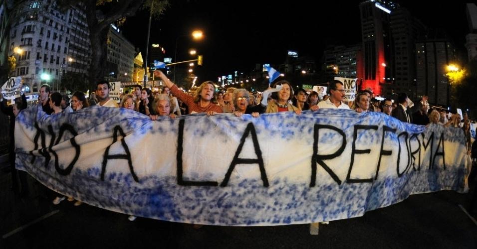 14.set.2012 - Milhares de pessoas participaram nesta quinta-feira (13) de manifestações em Buenos Aires e outras cidades argentinas contra possível reforma constitucional que poderia abrir a porta para outra reeleição da presidente Cristina Kirchner