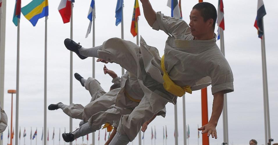 14.set.2012 - Monges chineses realizam performance de kung fu nesta sexta-feira (14), como parte de uma exibição de artes marciais nos escritórios da ONU em Viena, na Áustria