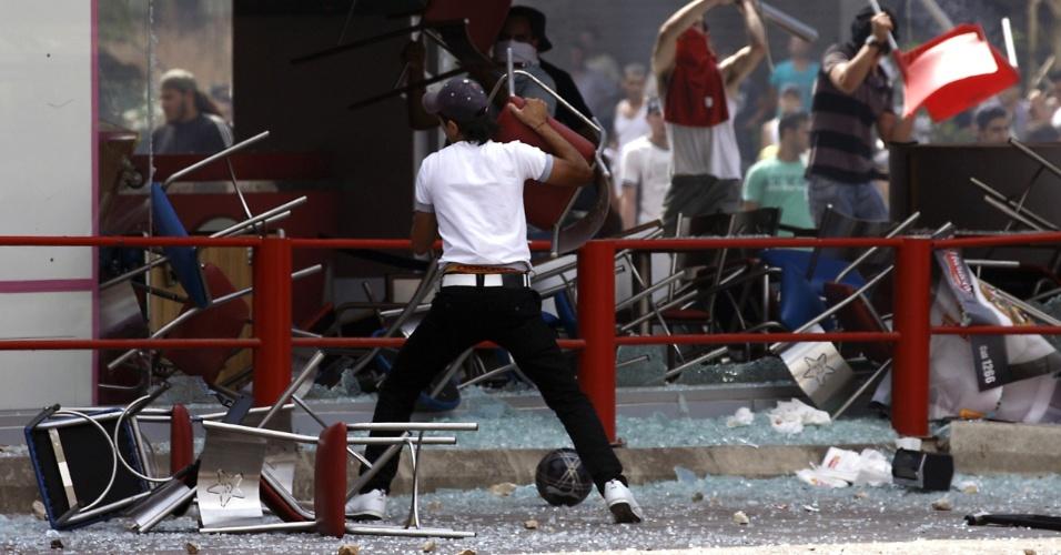 14.set.2012 - Muçulmanos atacam restaurante da rede KFC na cidade libanesa de Trípoli, em mais um protesto contra o filme ofensivo ao islã que provocou uma onda de violência no mundo árabe