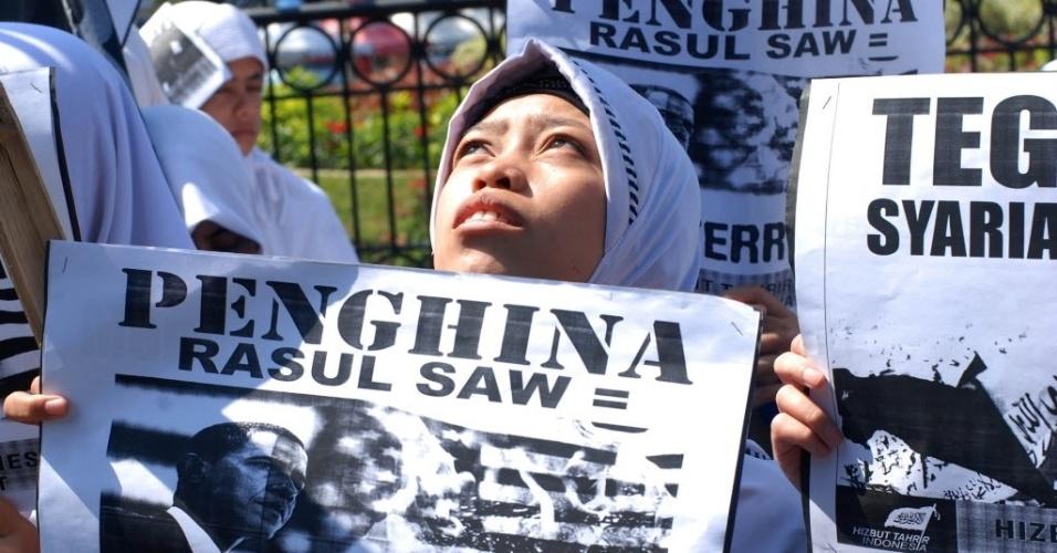 14.set.2012 - Mulher segura cartaz com imagem do presidente dos Estados Unidos, Barack Obama, durante protesto em Bandung, na Indonésia, contra filme norte-americano que ridiculariza o profeta Maomé