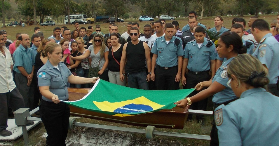 14.set.2012 - O corpo do soldado Diego Bruno Barbosa Henriques, 25, é enterrado no Cemitério Jardim da Saudade, em Sulacap, na zona oeste do Rio de Janeiro (RJ), nesta sexta-feira (14). O jovem foi baleado na noite de quinta-feira (13) na favela da Rocinha, enquanto patrulhava junto com outros três policiais em uma localidade conhecida como Terreirão