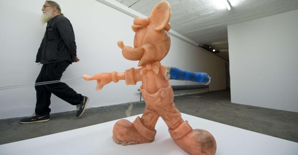 14.set.2012 - O magnata alemão da publicidade, Christian Boros, colocou em exposição sua coleção de arte contemporânea em um bunker da Segunda Guerra Mundial no centro de Berlim. Entre as obras, está uma escultura de Mickey Mouse, feita pelo artista norte-americano Stephen G. Rhodes