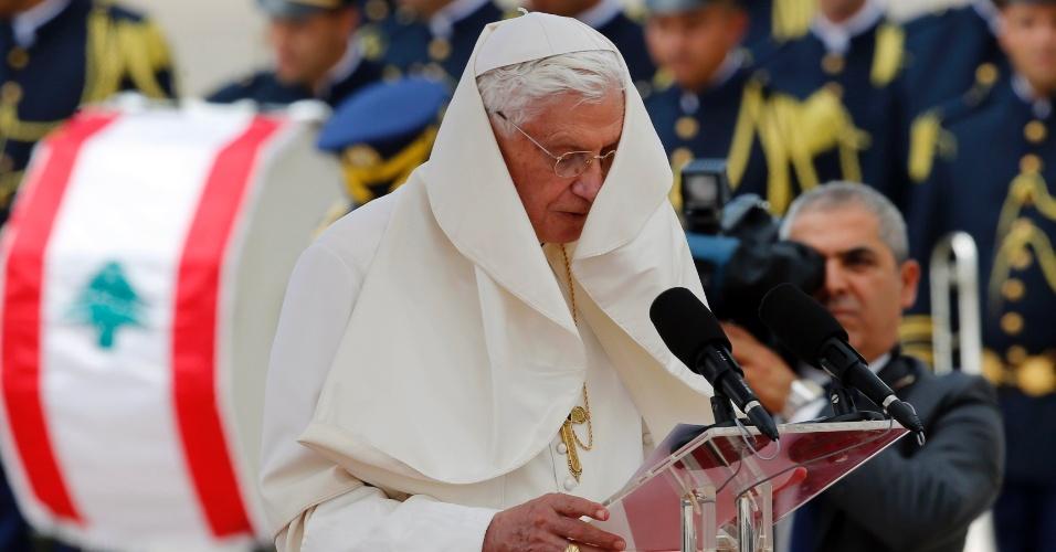 14.set.2012 - Papa Bento 16 é atrapalhado pelo vento enquanto discursa nesta sexta-feira (14), após sua chegada em Beirute, no Líbano. O pontífice inicia visita de três dias ao país