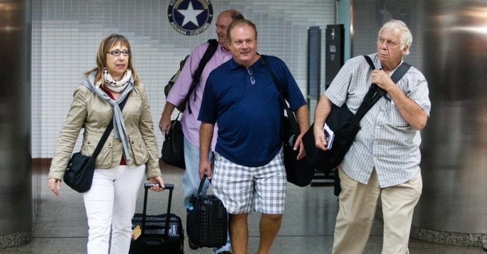 14.set.2012 - Passageiros da Delta Airlines que seguiam para Detroit (EUA) desembarcam no Aeroporto Internacional de São Paulo, em Guarulhos, na madrugada desta sexta-feira (14), depois que o avião precisou fazer um pouso de emergência cerca de três horas depois de ter decolado de Cumbica