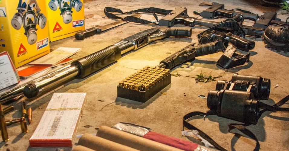14.set.2012 - Polícia Civil estourou na quinta-feira (13) um local que pode ser uma célula do PCC (Primeiro Comando da Capital), na região da avenida Roberto Marinho, zona sul de São Paulo. Foi encontrado um arsenal com metralhadoras, fuzis, granadas e até um laboratório de refino de cocaína