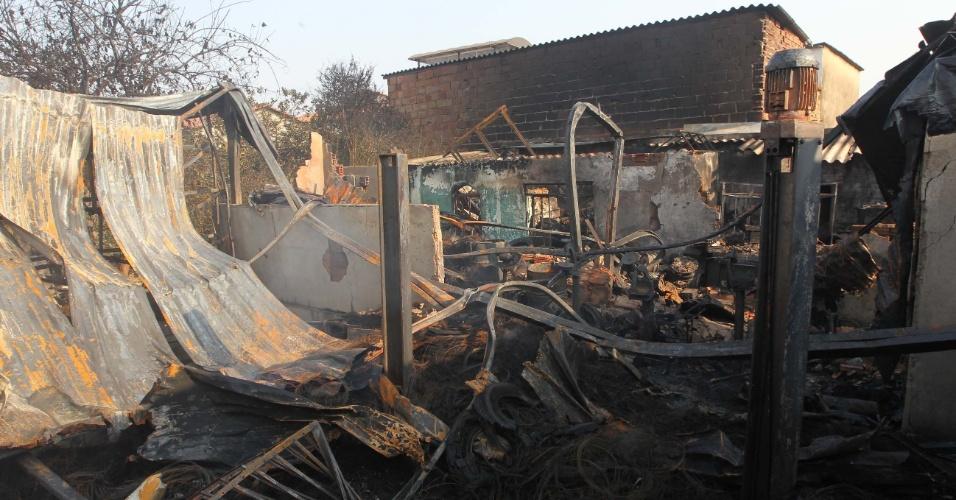 14.set.2012 - Um incêndio destruiu na madrugada desta sexta-feira (14), uma borracharia na cidade de Contagem, na região metropolitana de Belo Horizonte (MG)