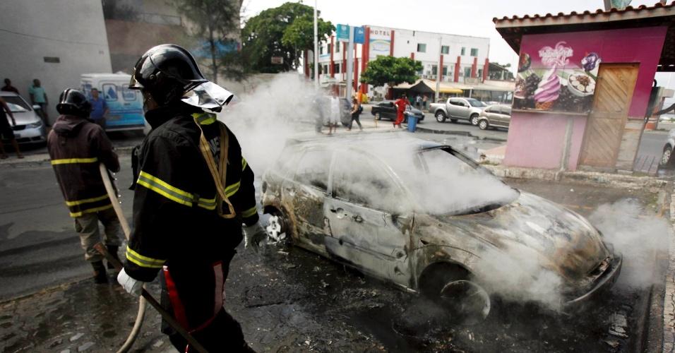 14.set.2012 - Veículo pegou fogo no bairro Itapuã, em Salvador, nesta sexta-feira. Não há informações sobre feridos e a causa do incêndio