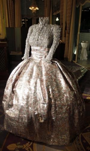 14.set.2012 - Vestido usado por Grace Kelly no casamento dela com o príncipe Rainiero é exposto em galeria de Mônaco. O figurino foi desenhado por Nikos Floros. Grace morreu há exatos 30 anos no hospital de Monte Carlo vítima de um acidente de automóvel
