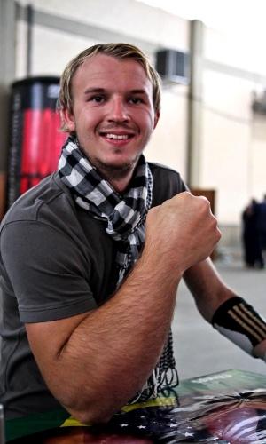 Alemão Matthias Schlitte mostra o braço, que é maior que o esquerdo devido a um problema genético
