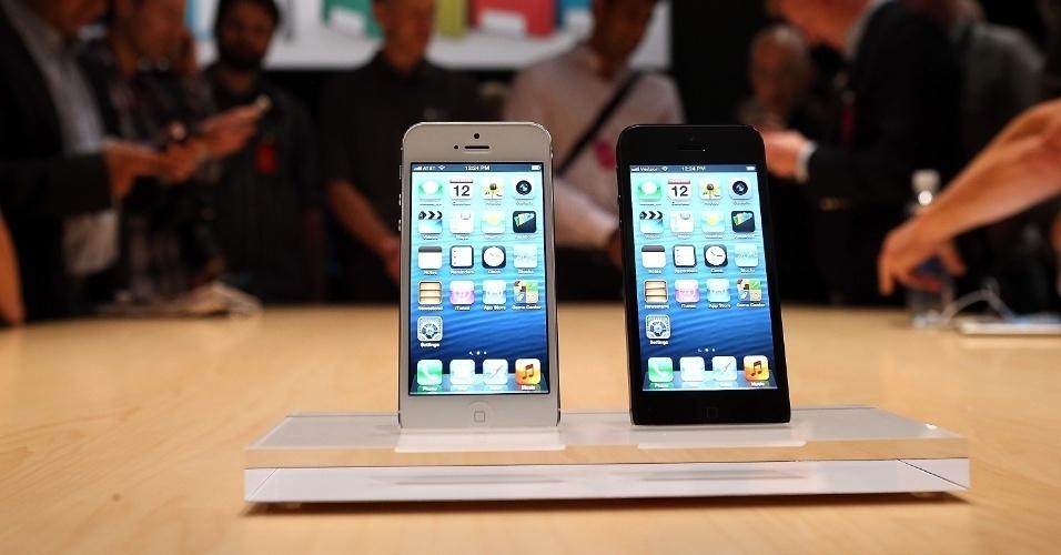 Antes mesmo de começar a ser vendido e chegar às mãos dos consumidores, o iPhone 5 já é alvo de piadas na internet. A maioria delas ataca o design um pouco mais comprido que o smartphone da Apple ganhou após sua tela ficar maior (agora, com 4 polegadas). Já outras tiram sarro das poucas novidades apresentadas pela fabricante no novo celular; divirta-se a seguir