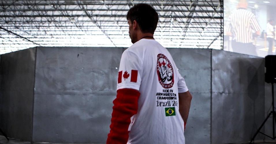Atleta canadense exibe polaina com as cores da bandeira do país em São Vicente