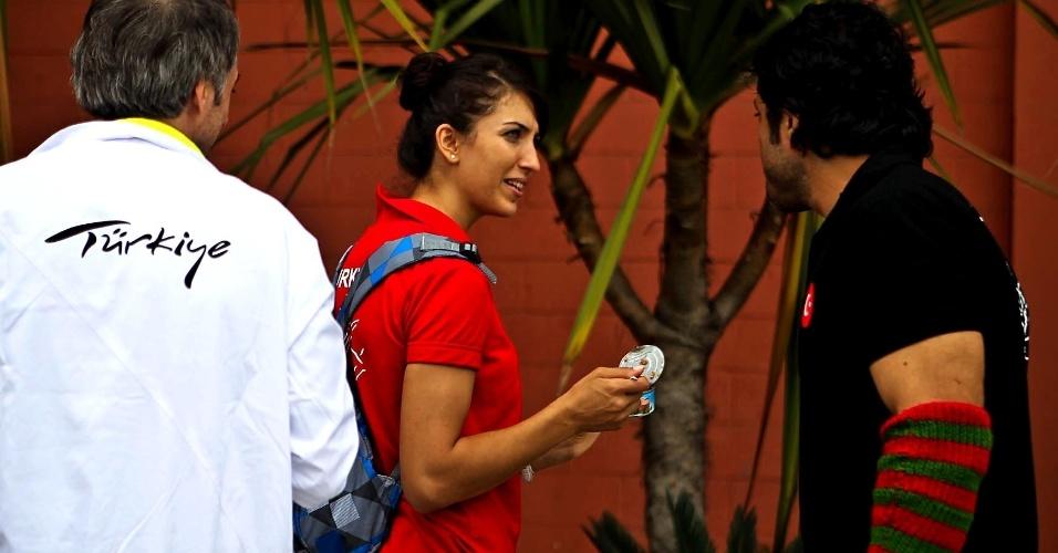 Atleta da Turquia usa polaina listrada no 34º Mundial de Luta de Braço de São Vicente