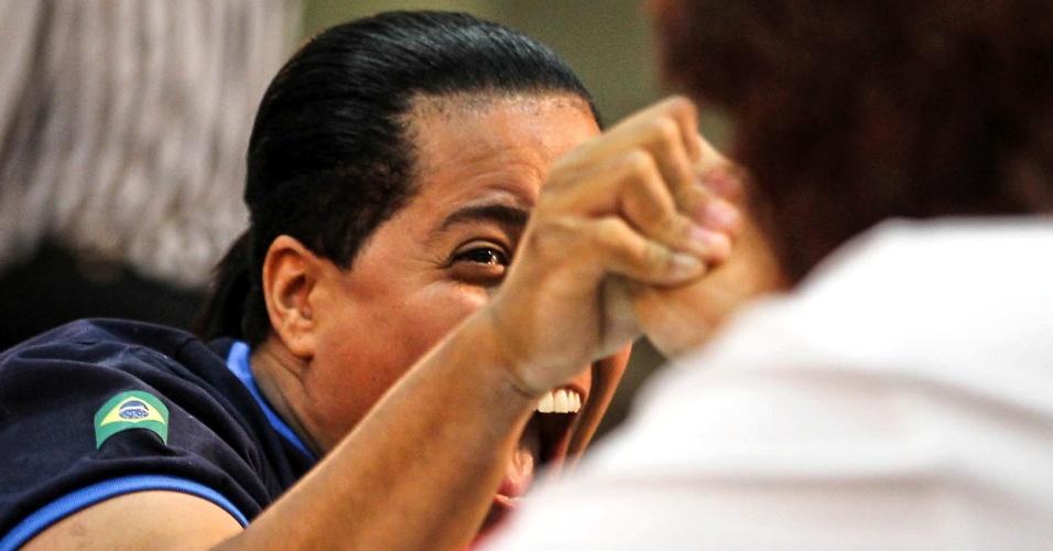 Brasileira grita durante duelo com canadense no Mundial de Luta de Braço em São Vicente