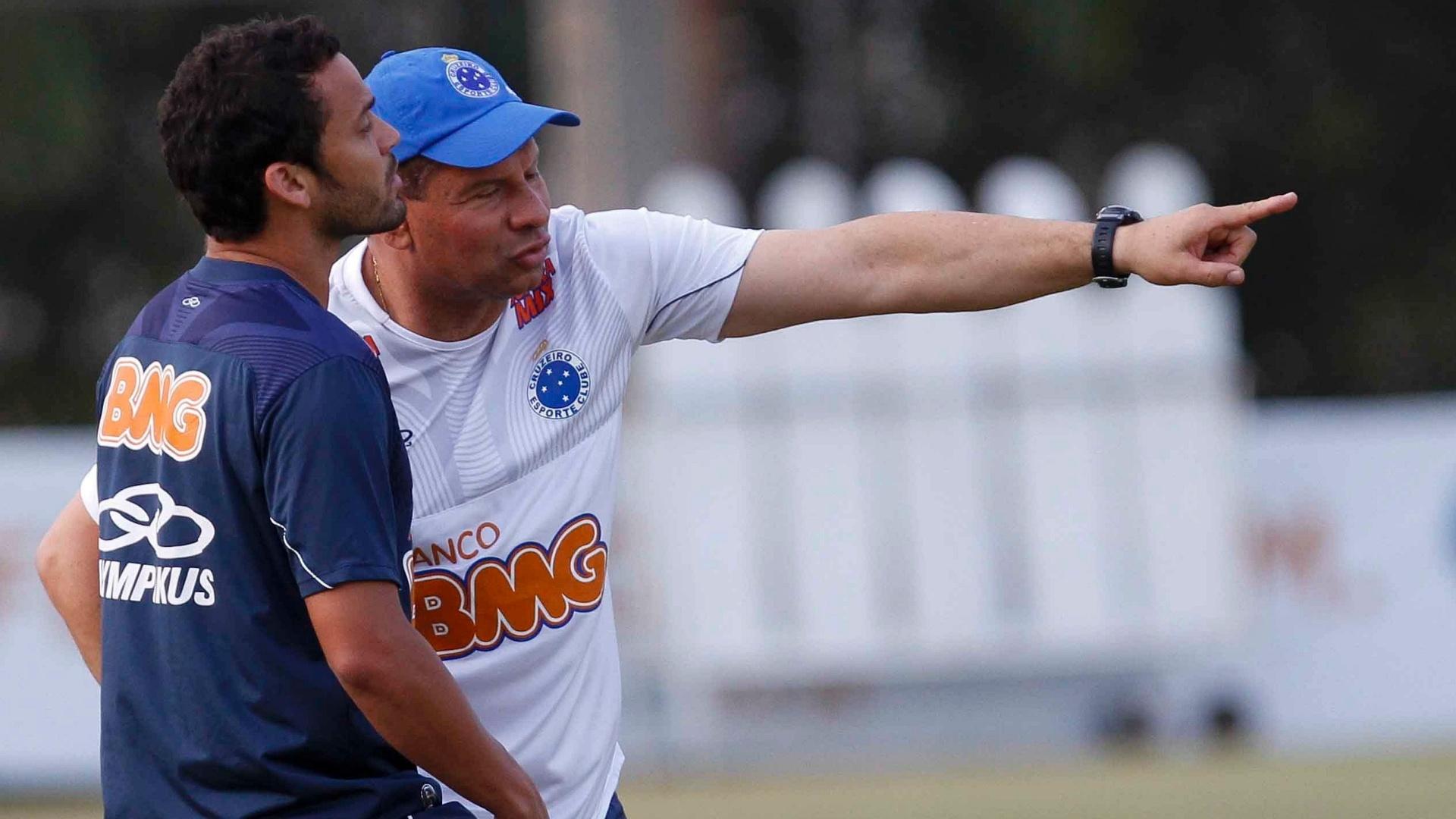 Celso Roth orienta o volante Charles em treino na Toca da Raposa II (14/9/2012)