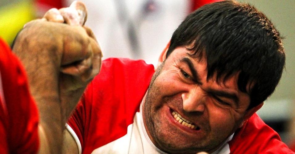 Competidor faz careta durante duelo no Mundial de Luta de Braço em São Vicente