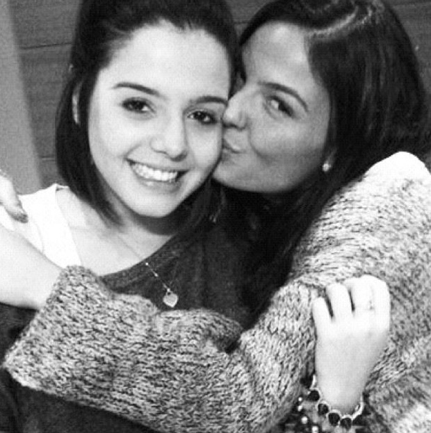 "Giovanna Lancellotti, a Lindinalva de ""Gabriela"", posta foto com Ísis Valverde e a chama de ""irmã"" (14/9/12)"