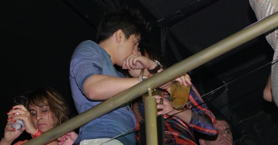 Luan Santana junto de suposto affair durante o evento (13/9/12)
