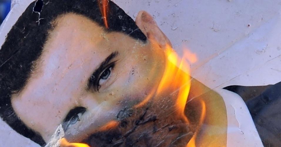 Manifestantes queimam foto de Bashar Al-Assad