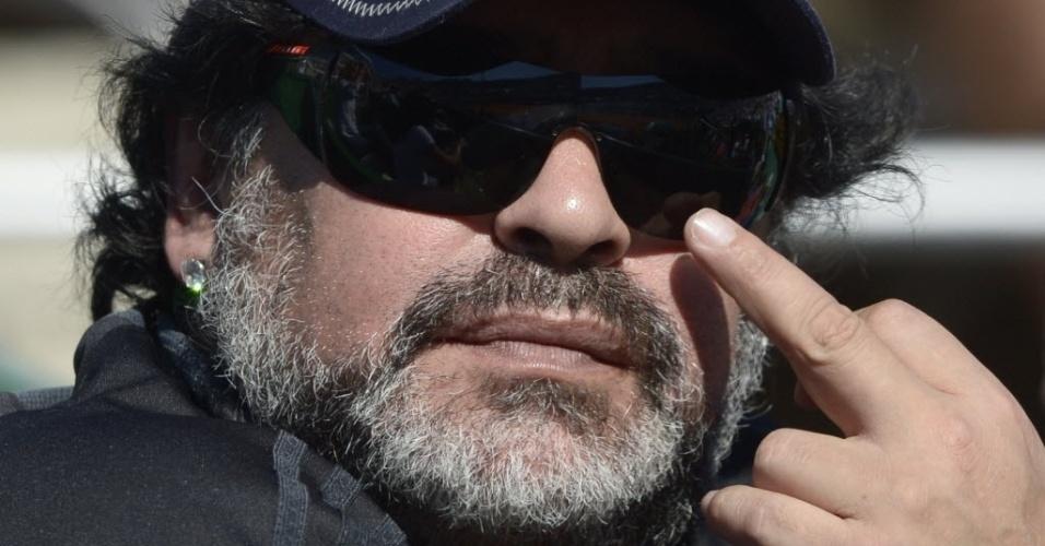 Maradona ajeita o óculo enquanto assiste ao confronto entre Argentina e República Tcheca, pela Copa Davis