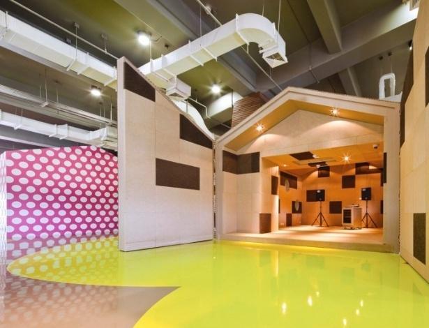 O lounge é um espaço de estudos e diversão que estará aberto a todos os cerca de 20 mil alunos da universidade, mediante o pagamento de uma taxa de manutenção. Uma área em formato de casa foi montada para concertos de bandas de garagem. Se a ideia for ensaiar é só fechar os portões