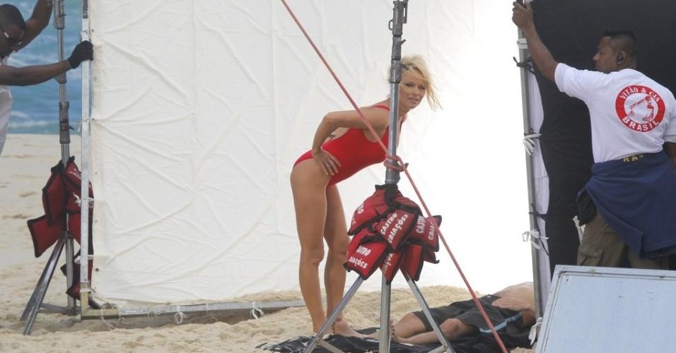 Pamela Anderson, que desembarcou no Brasil nesta quinta (13), gravou um comercial em uma praia no Rio de Janeiro (14/9/12)