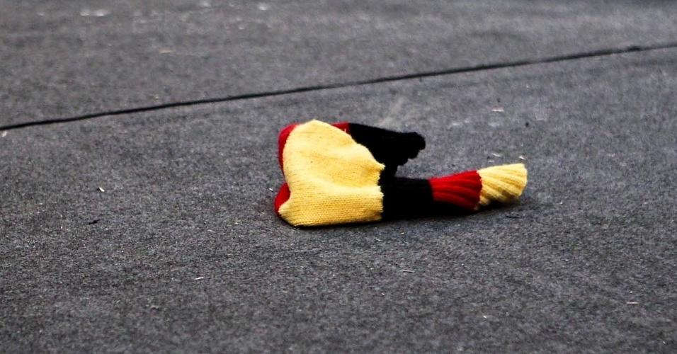 Polaina de atleta alemão fica caída no chão do Centro de Convenções de São Vicente