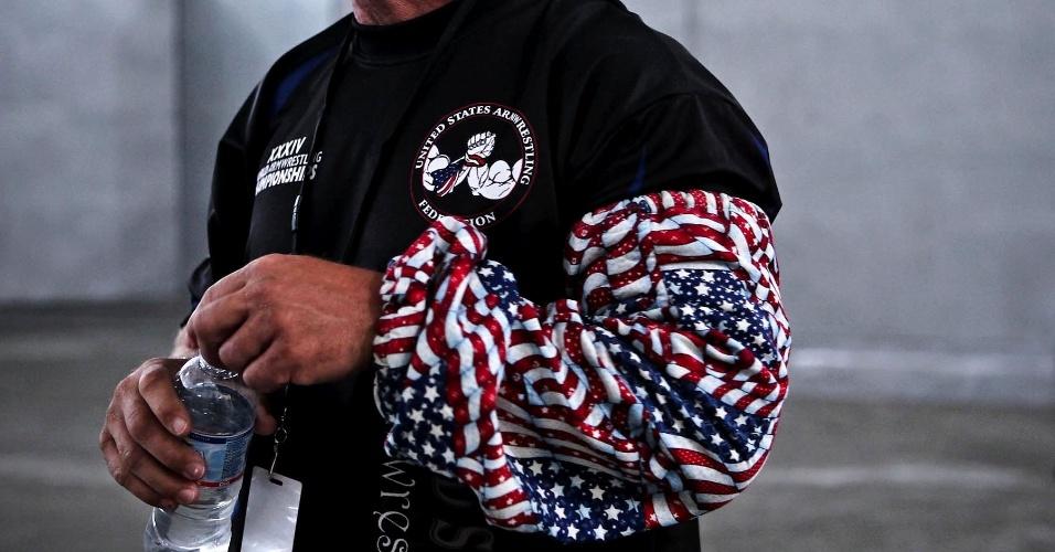 Representante dos Estados Unidos usa polaina estilizada com bandeiras do país no Mundial de Luta de Braço