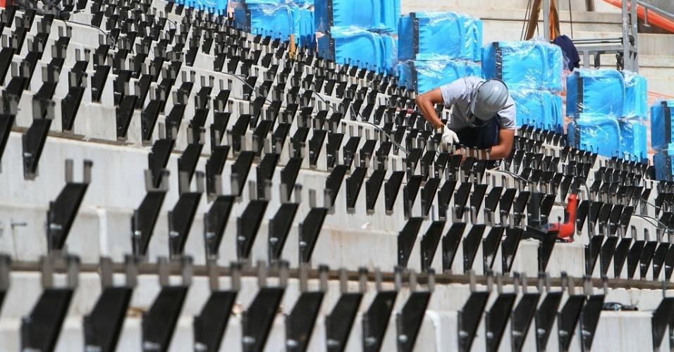 Suporte para colocação das cadeiras nas arquibancadas da Arena do Grêmio