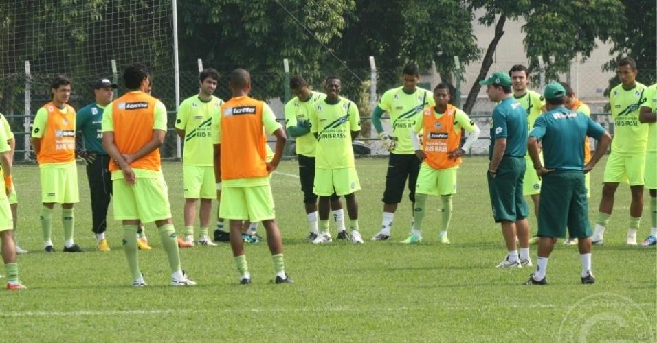 Técnico Enderson Moreira conversa com grupo de jogadores do Goiás após treino (14/09/2012)