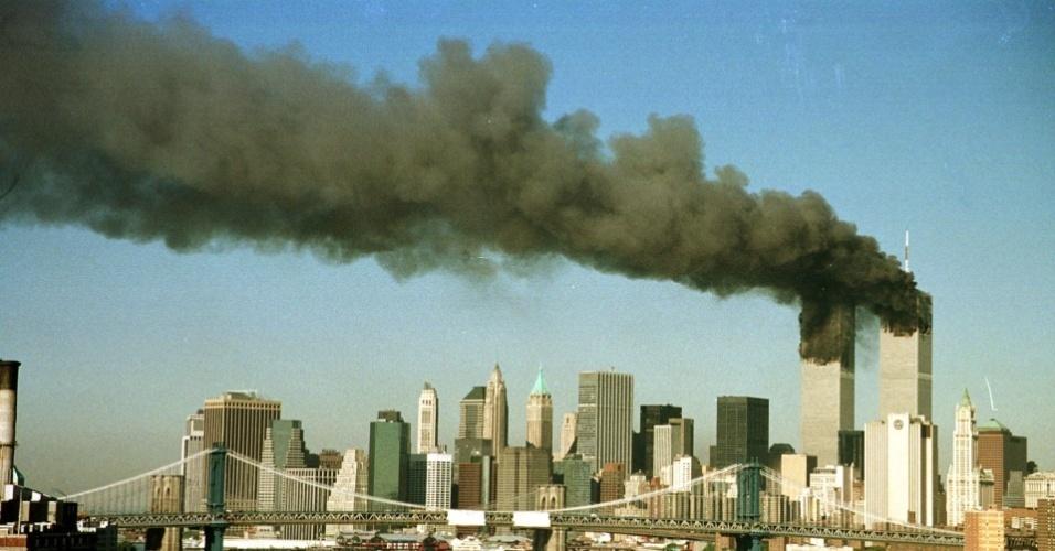 World Trade Center em chamas após ataque em 11 de setembro de 2001