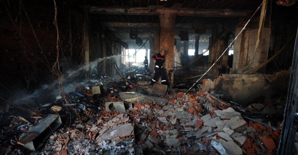 15.set.2012 - Bombeiro observa escola norte-americana na Tunísia  atingida por ataques armados  por causa de filme americano que  ridiculariza a figura do profeta Maomé. Neste sábado, os Estados Unidos determinaram a saída de seu pessoal diplomático não essencial da Tunísia e do Sudão após os ataques a  embaixadas