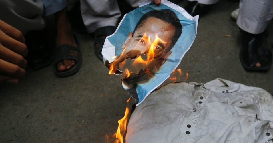 15.set.2012 - Paquistaneses queimam imagem do presidente dos EUA, Barack Obama, durante protesto contra filme que ridiculariza o profeta Maomé