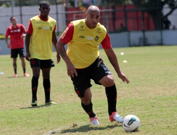 Adriano recebe a bola em treinamento do Flamengo, realizado na Gávea