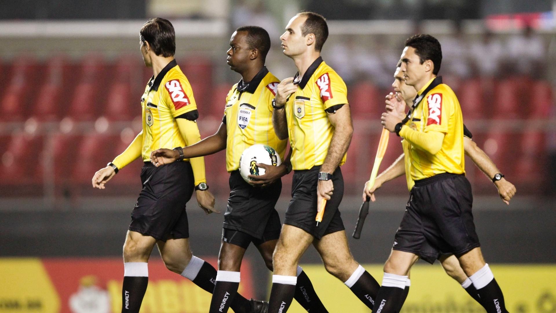 Árbitro Paulo César Oliveira, acompanhado por seus auxiliares Vicente Romano Neto e Danilo Ricardo Simon Manis, entra em campo no Morumbi para a partida entre São Paulo e Portuguesa
