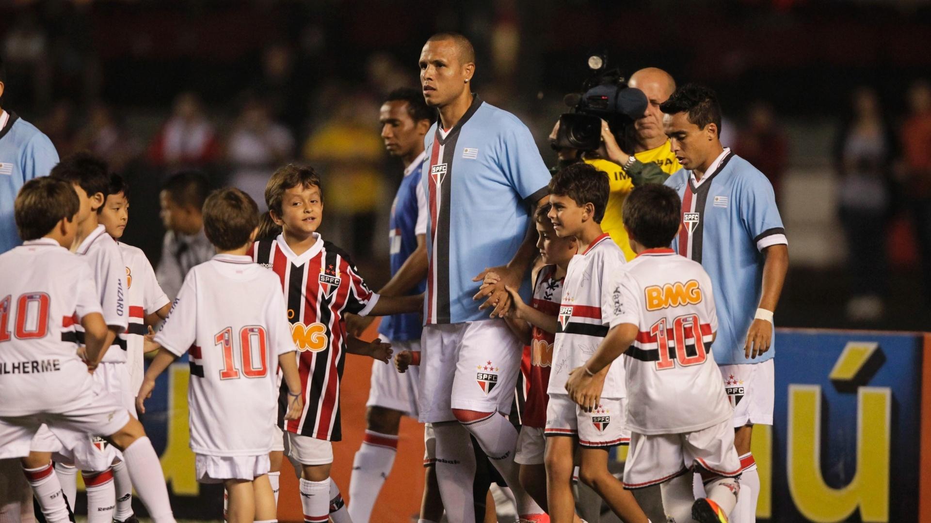 Atacante Luis Fabiano entra em campo no Morumbi para a partida contra a Portuguesa pela 25ª rodada do Brasileiro