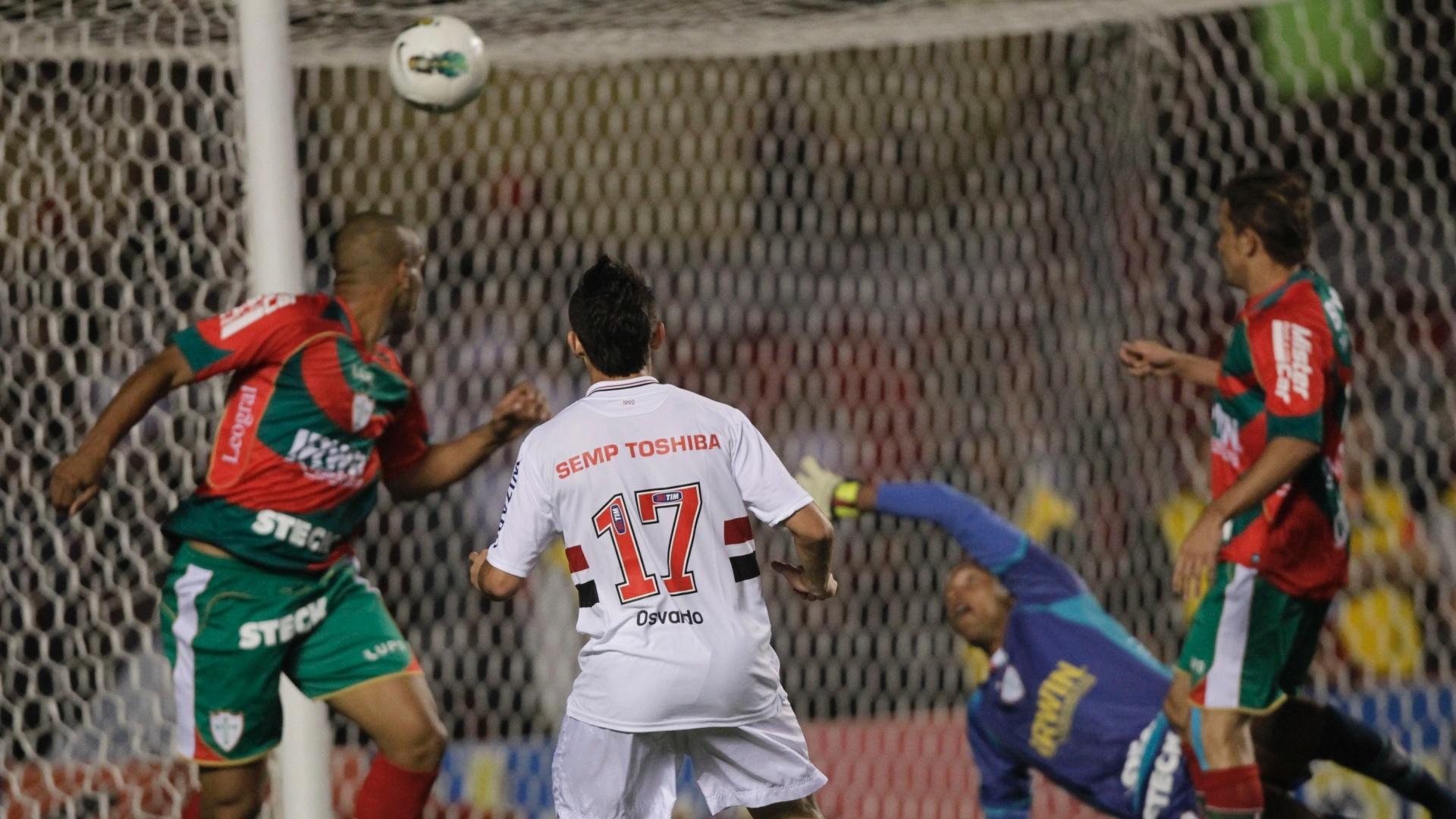 Atacante Osvaldo observa seu chute entrar no gol de Dida no primeiro gol do São Paulo na partida contra a Portuguesa no Morumbi