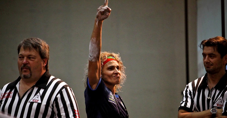 Chris Regiane comemora vitória no Mundial de luta de braço, em São Vicente