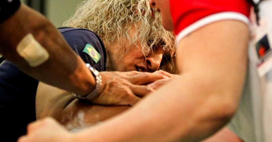 Chris Regiane, do Brasil, faz força na disputa do Mundial de Luta de Braço, em São Vicente