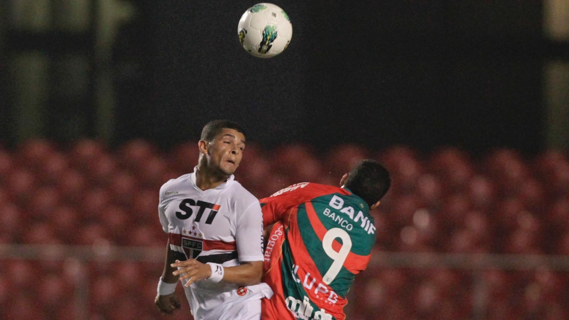 Denílson, do São Paulo, divide bola no ar com o atacante Bruno Mineiro, da Portuguesa, durante jogo no Morumbi