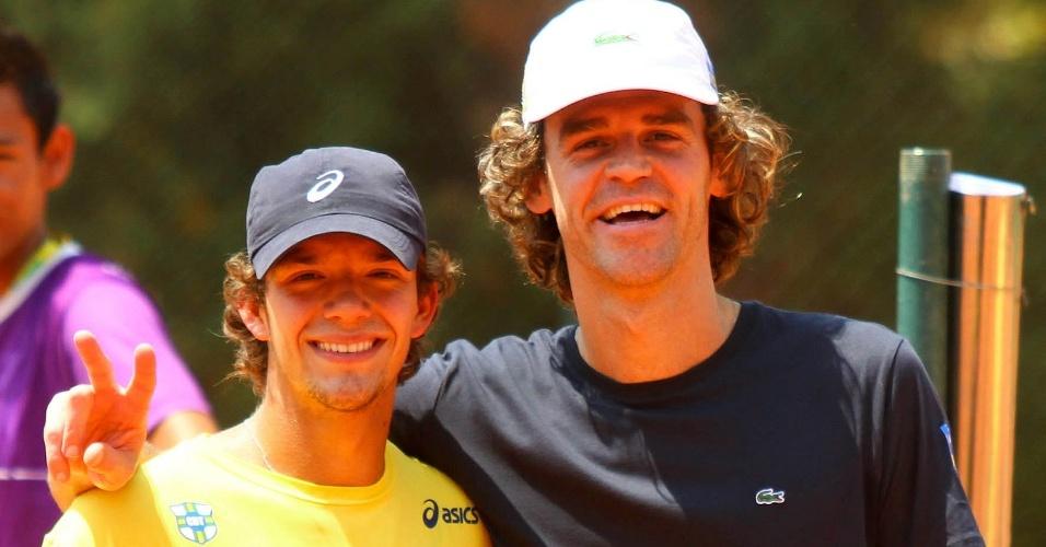Gustavo Kuerten posa ao lado de Bruno Sant'Anna após treino na quadra da Davis em Rio Preto