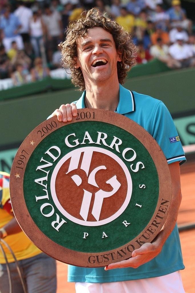 Gustavo Kuerten recebe homenagem pelo tricampeonato de Roland Garros na quadra central do Harmonia Tênis Clube