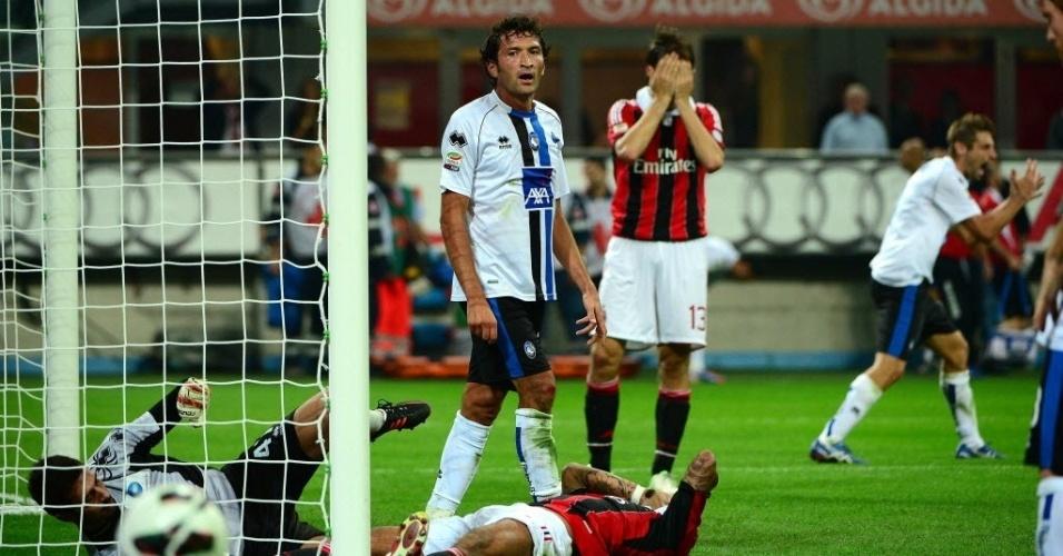 Jogadores do Milan lamentam gol perdido na partida contra o Atalanta