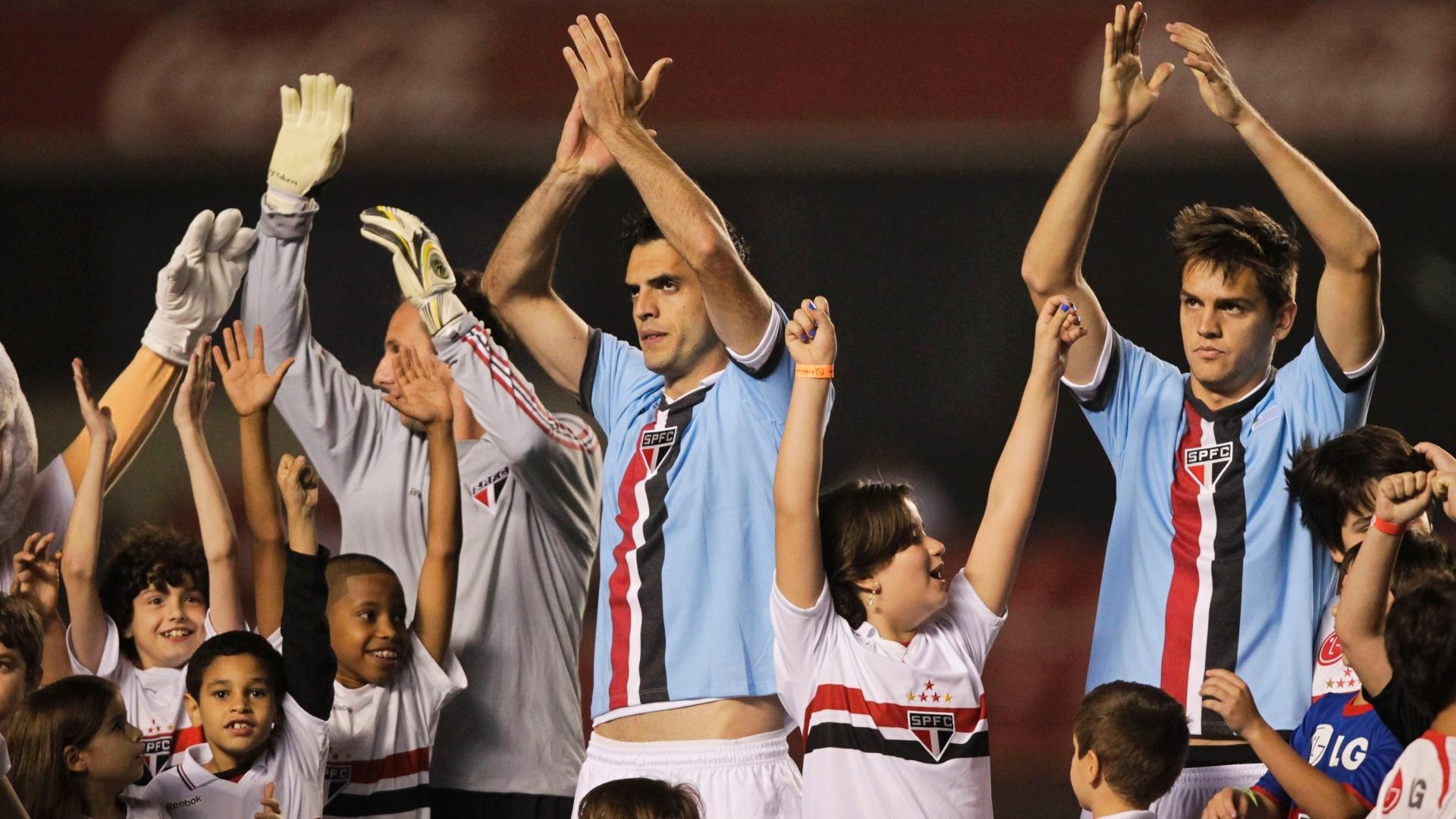 Jogadores do São Paulo entram em campo no Morumbi com camisas comemorativas em homenagem a ídolos uruguaios